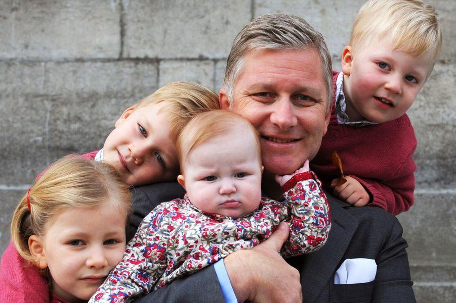 Le prince Emmanuel de Belgique avec son père, ses soeurs et son frère, le 19 octobre 2008