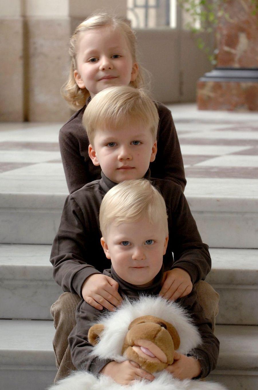 Le prince Emmanuel de Belgique avec sa soeur aînée la princesse Elisabeth et son grand frère le prince Gabriel, le 13 octobre 2007