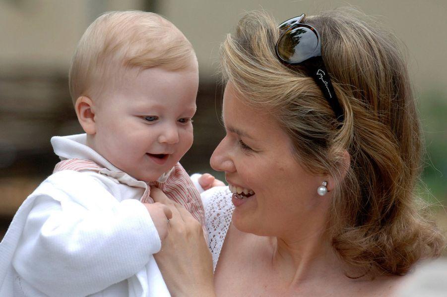 Le prince Emmanuel de Belgique avec sa mère la princesse Mathilde, le 7 juillet 2006