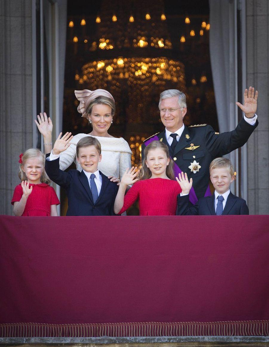 Le prince Emmanuel de Belgique avec ses parents, ses sœurs et son frère, le 21 juillet 2013, jour de la montée sur le trône de son père