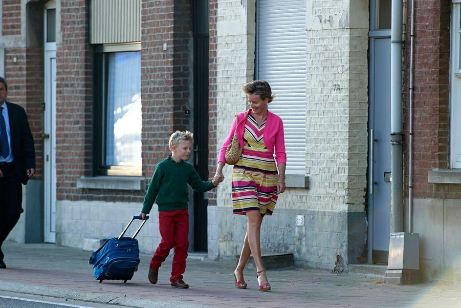 Le prince Emmanuel de Belgique avec sa mère la reine Mathilde, le 2 septembre 2013