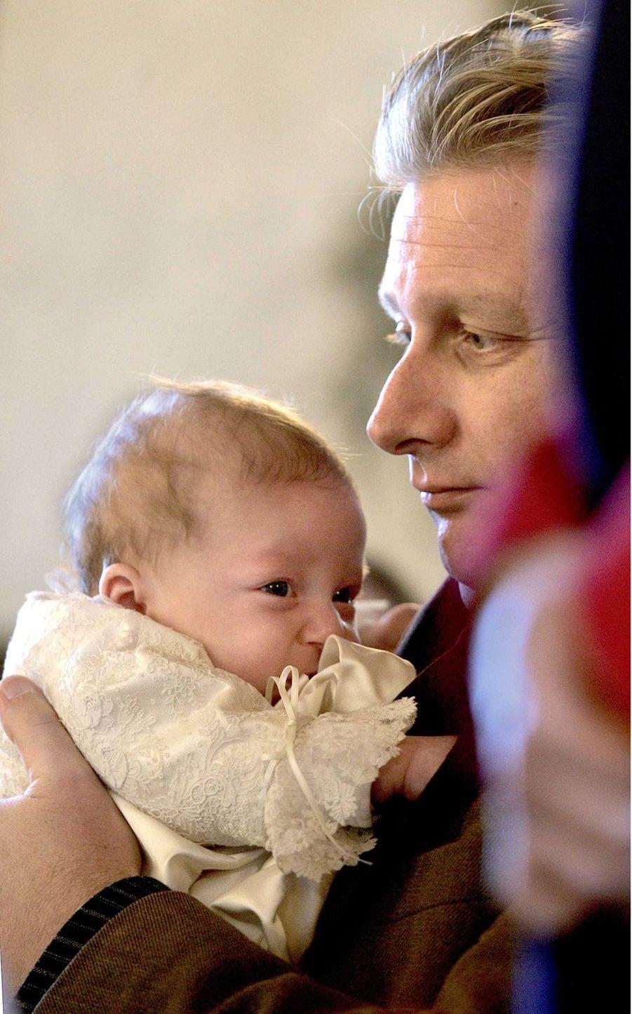 Le prince Emmanuel de Belgique avec son père le prince Philippe, le 10 décembre 2005, jour de son baptême