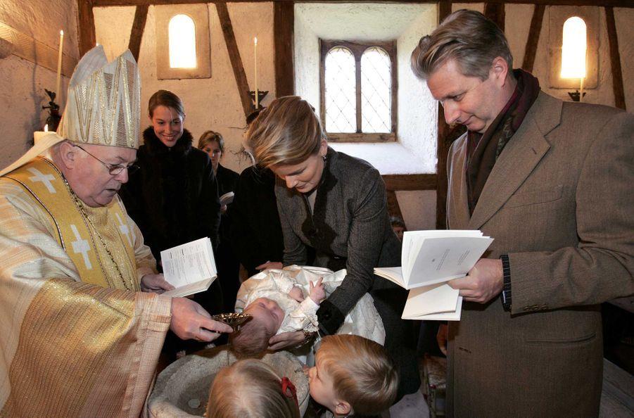 Le prince Emmanuel de Belgique avec ses parents, le 10 décembre 2005, jour de son baptême