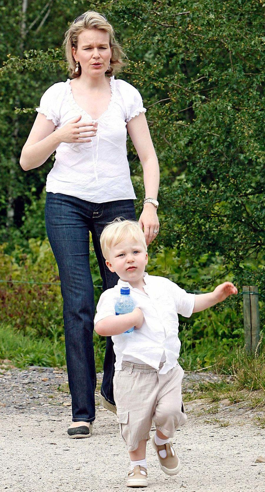 Le prince Emmanuel de Belgique avec sa mère la princesse Mathilde, le 16 juillet 2007