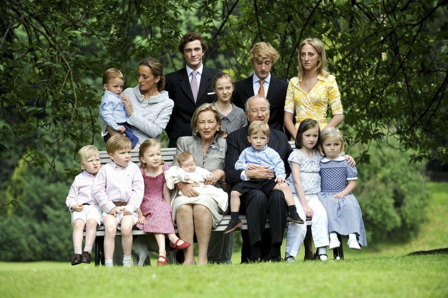 Le prince Emmanuel de Belgique (assis à gauche) avec ses grands-parents le roi des Belges Albert II et la reine Paola, ses sœurs, son frère, ses cousins et cousines et sa tante la princesse Claire, le 17 juin 2008