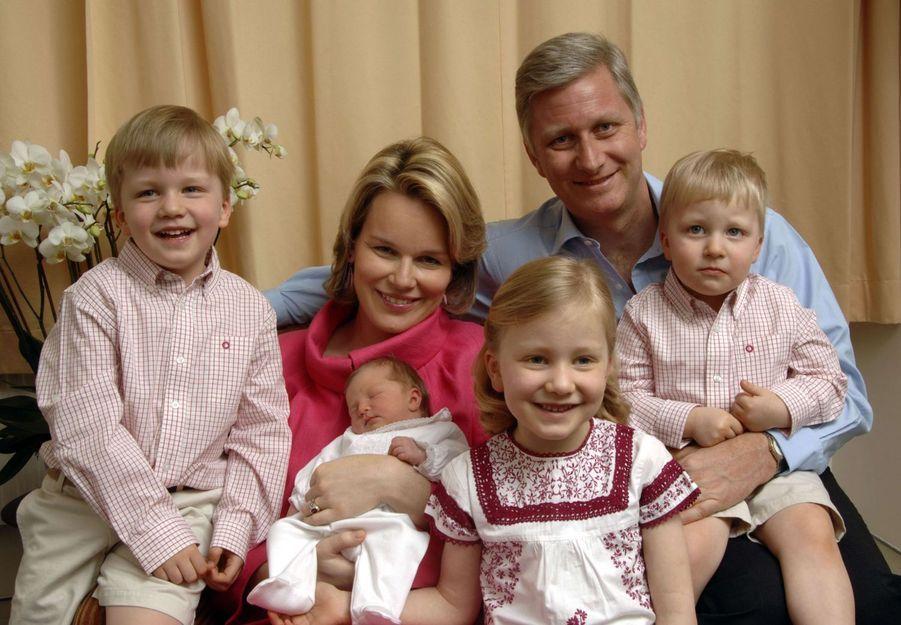 Le prince Emmanuel de Belgique avec ses parents, ses sœurs et son frère, le 17 avril 2008