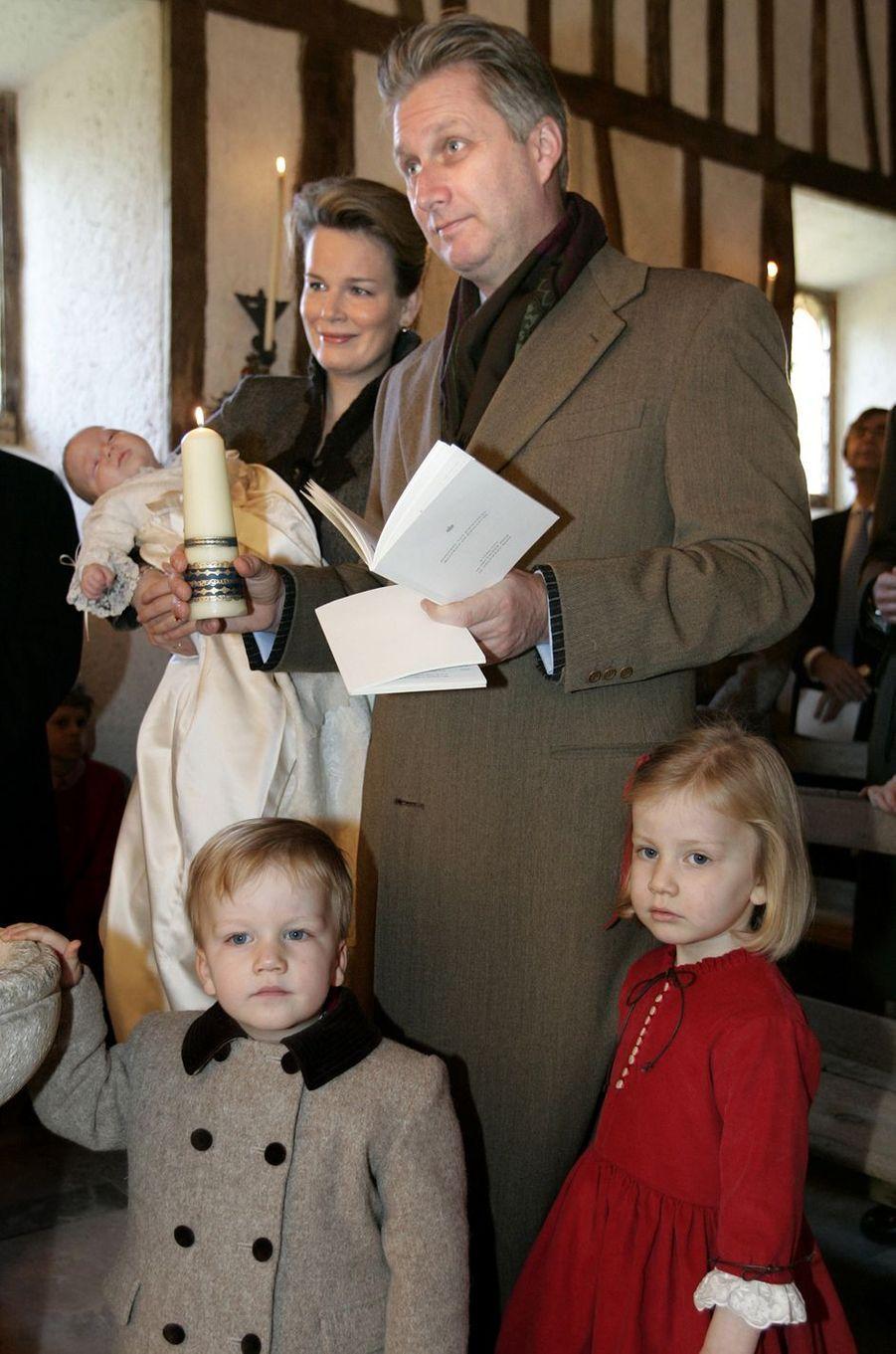 Le prince Gabriel de Belgique avec ses parents, sa soeur et son frère, le 10 décembre 2005