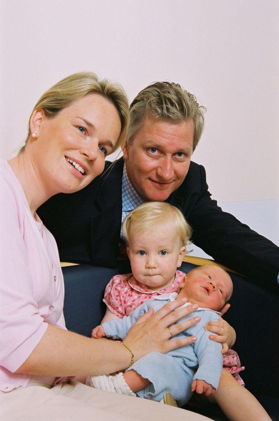 Le prince Gabriel de Belgique avec ses parents et sa soeur la princesse Elisabeth, le 22 août 2003