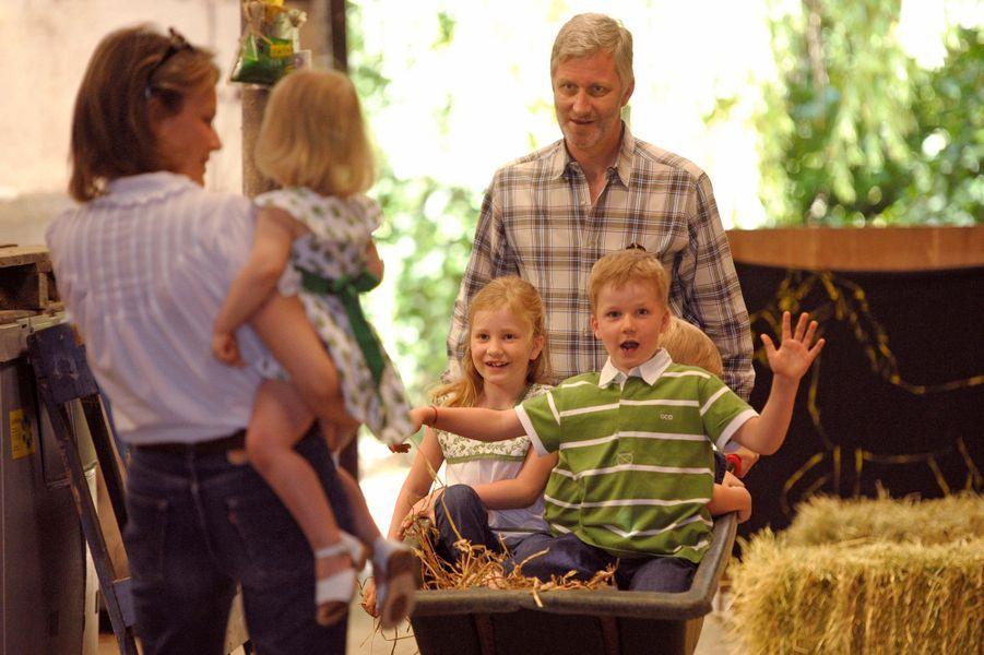 Le prince Gabriel de Belgique avec ses parents, ses soeurs et son frère, le 8 juillet 2010