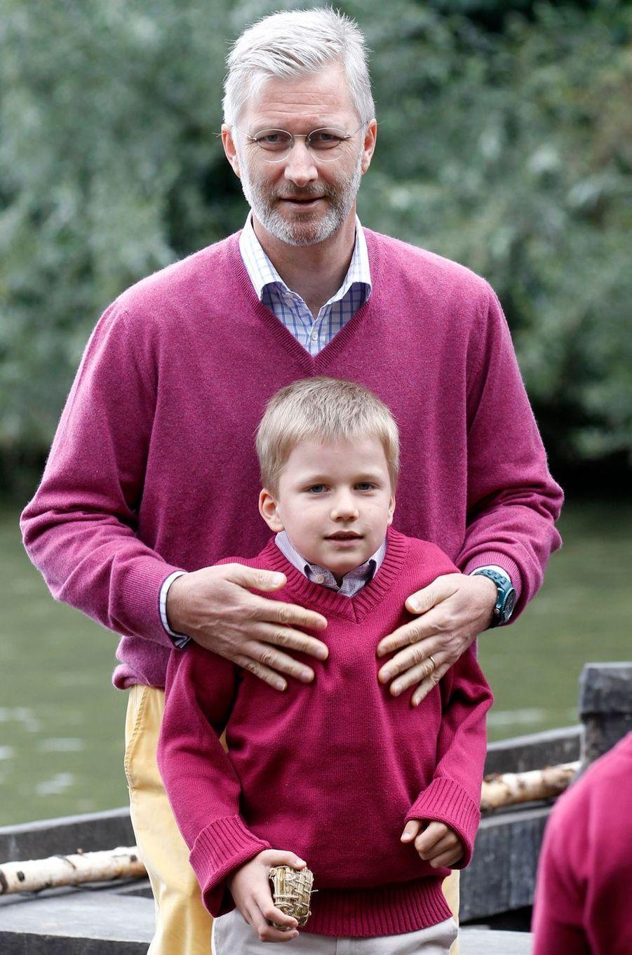 Le prince Gabriel de Belgique avec son père le prince Philippe, le 8 juillet 2011