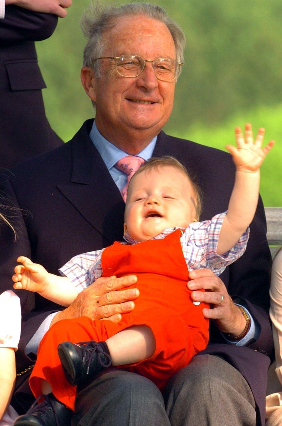 Le prince Gabriel de Belgique, avec son grand-père le roi Albert II, le 18 mai 2004