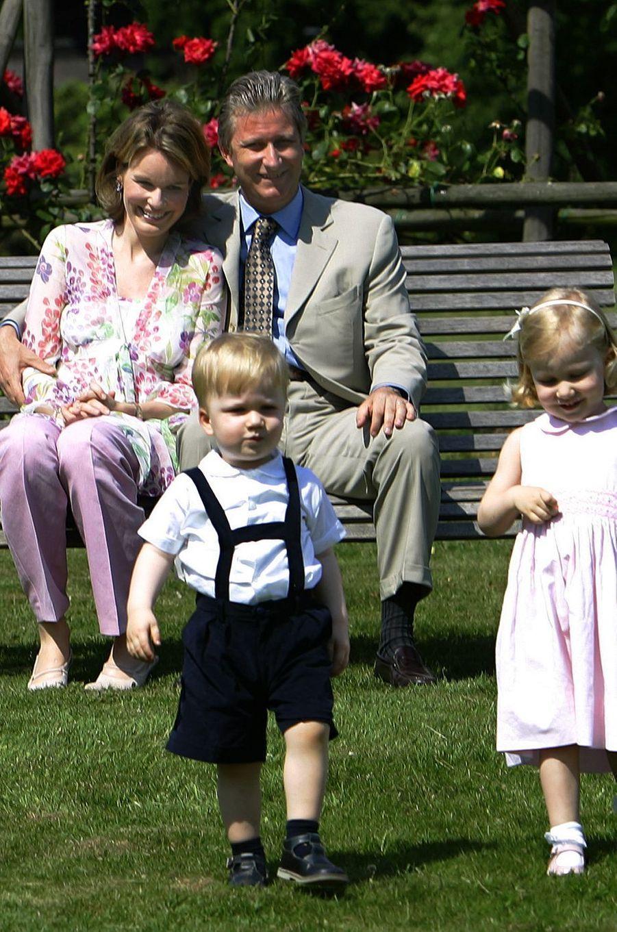 Le prince Gabriel de Belgique avec ses parents et sa soeur la princesse Elisabeth, le 26 juin 2005