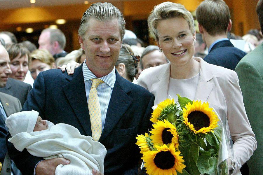 Le prince Gabriel de Belgique avec le prince Philippe et la princesse Mathilde, le 24 août 2003