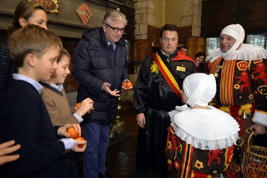 Le prince Laurent de Belgique et la princesse Claire avec les princes Nicolas et Aymeric à Binche, le 9 février 2016