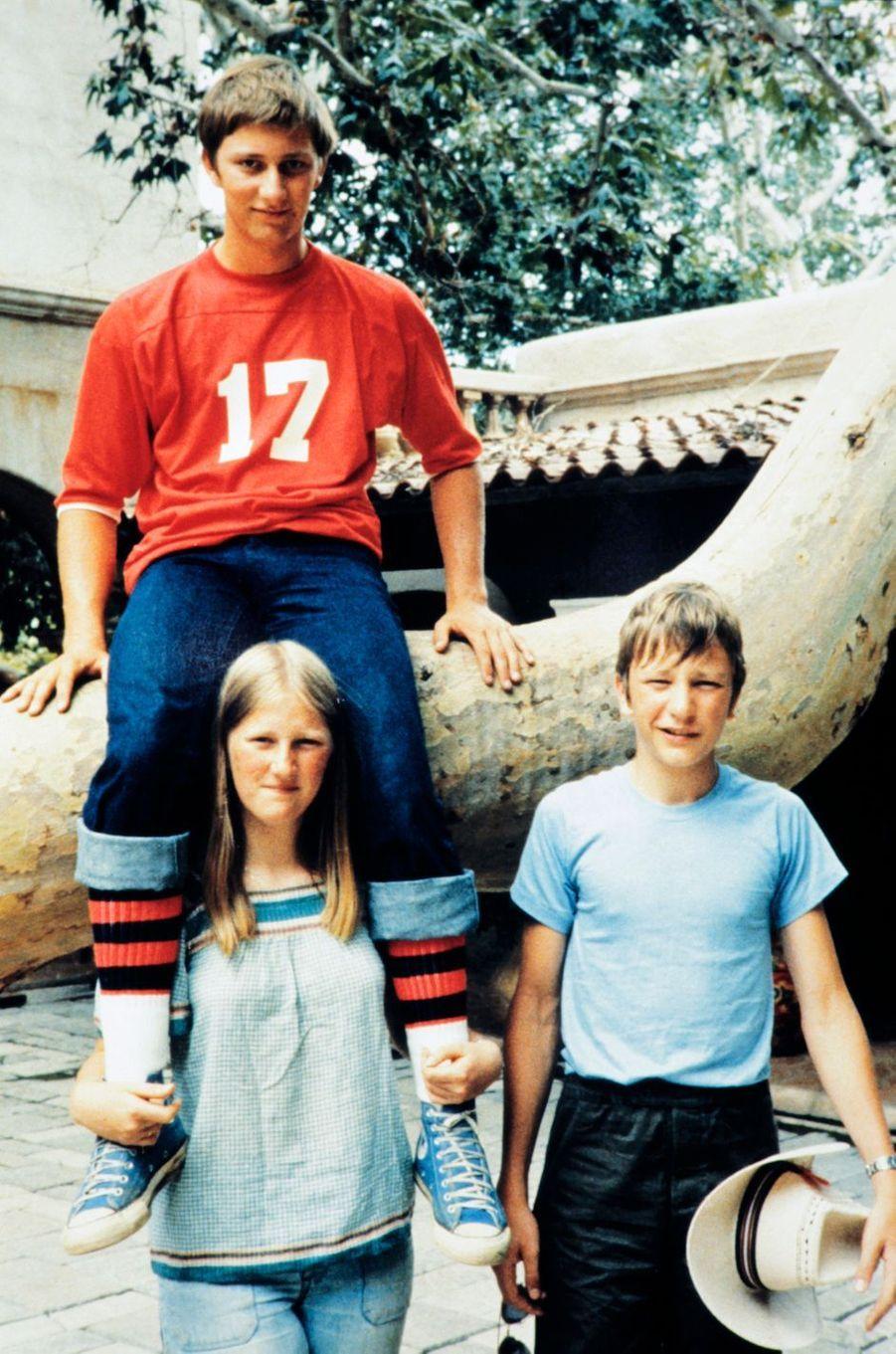 Le prince Philippe de Belgique, avec sa soeur la princesse Astrid et son frère le prince Laurent, en 1978