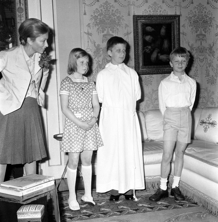 Le prince Philippe de Belgique, avec sa mère, sa soeur et son frère, le jour de sa confirmation, le 27 mai 1972