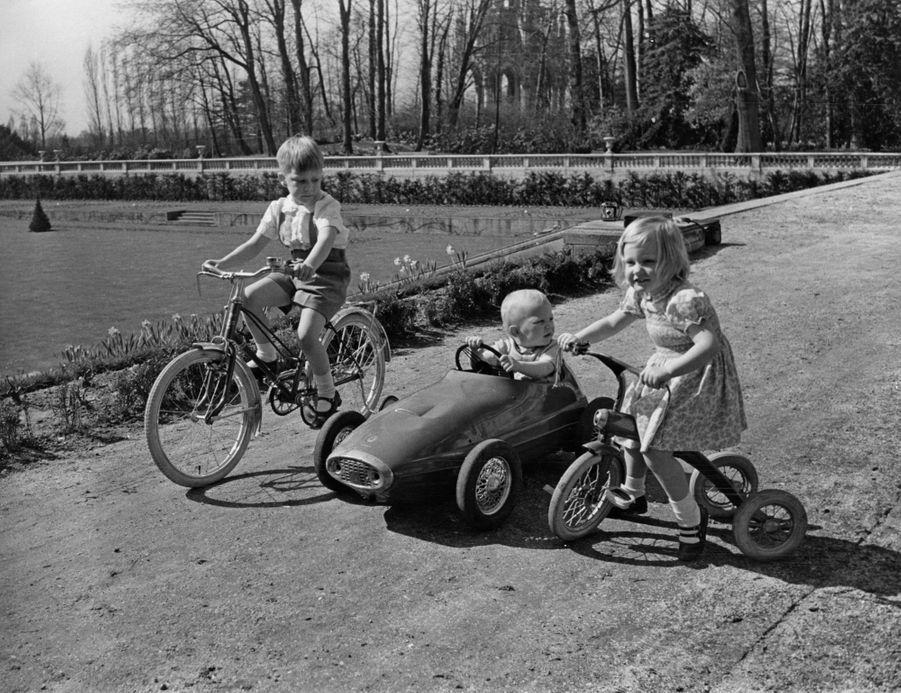 Le prince Philippe de Belgique, avec sa soeur la princesse Astrid et son frère le prince Laurent, en avril 1965