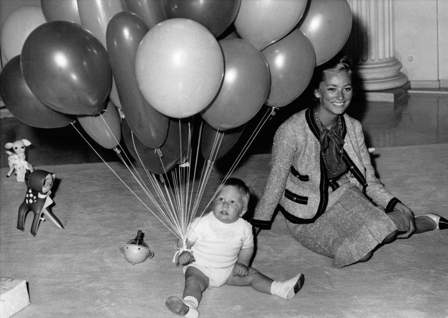 Le prince Philippe de Belgique, avec sa mère la princesse Paola. Photo pour ses 1 an le 15 avril 1961