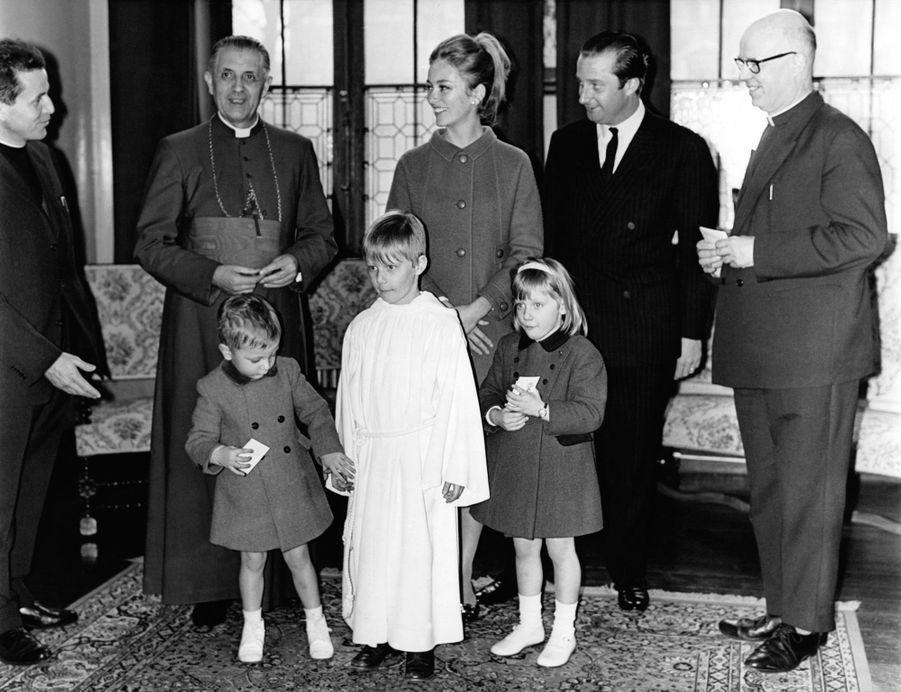 Le prince Philippe de Belgique avec ses parents, sa soeur et son frère, le jour de sa première communion, le 18 mars 1967