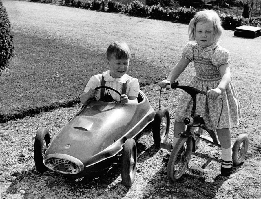 Le prince Philippe de Belgique, avec sa petite soeur la princesse Astrid, en avril 1965