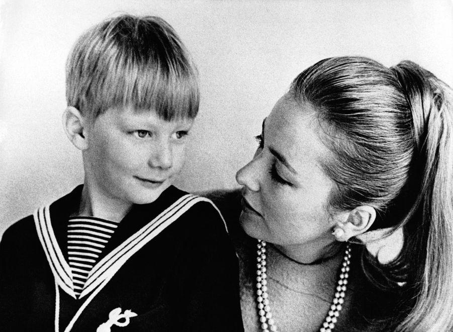 Le prince Philippe de Belgique, avec sa mère la princesse Paola. Photo pour ses 6 ans le 15 avril 1966
