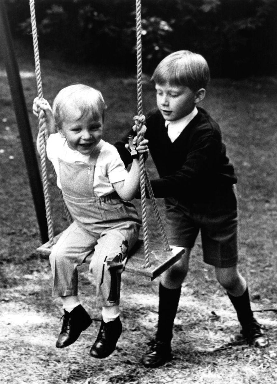 Le prince Philippe de Belgique, avec son frère le prince Laurent, en 1966