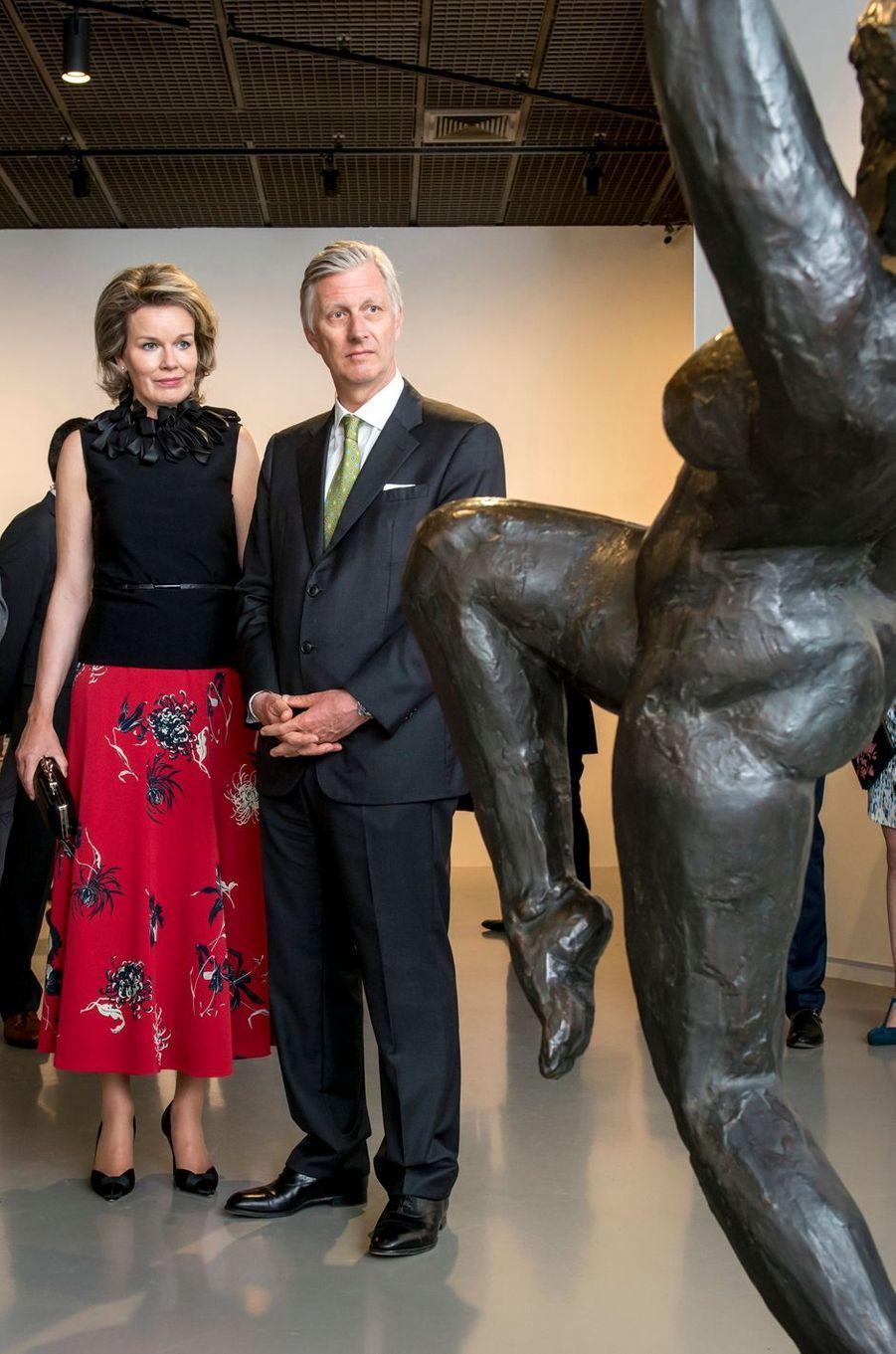 La reine Mathilde, dans une jupe de Dries Van Noten, et le roi Philippe de Belgique à Bruxelles, le 27 avril 2017