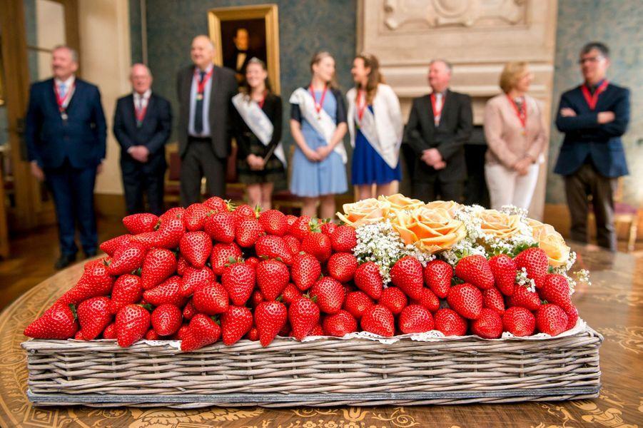 Le roi des Belges Philippe se voit présenter les premières fraises à Bruxelles, le 27 avril 2017