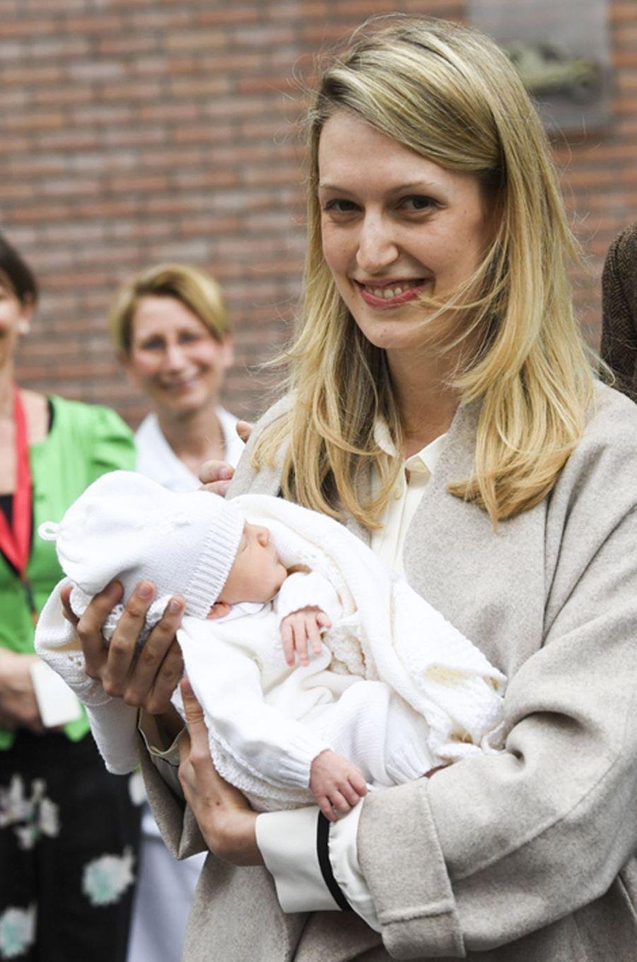 Anna Astrid, la fille du prince Amedeo de Begique, avec sa mère Elisabetta à Bruxelles, le 20 mai 2016