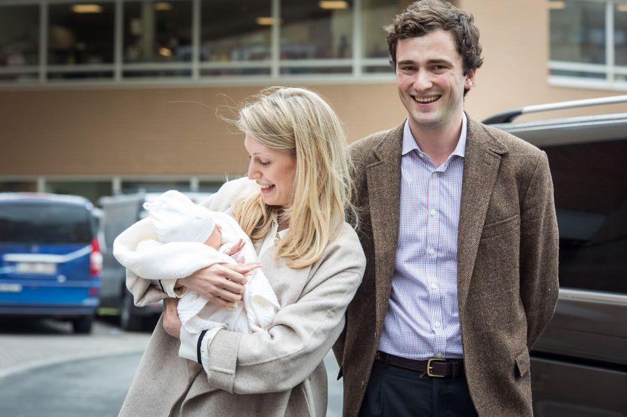 Le prince Amedeo de Begique avec sa femme Lili et leur fille Anna Astrid à Bruxelles, le 20 mai 2016