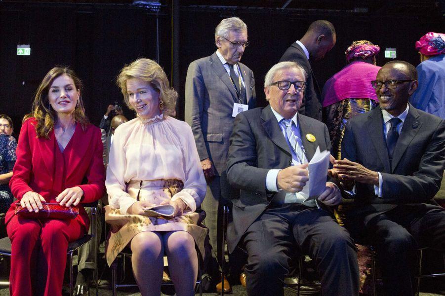 Les reines Letizia d'Espagne et Mathilde de Belgique avec Jean-Claude Juncker à Bruxelles, le 5 juin 2018
