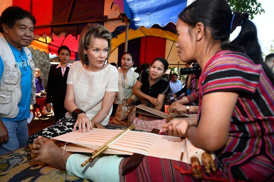 La reine Mathilde de Belgique avec des villageois au Laos, le 21 février 2017