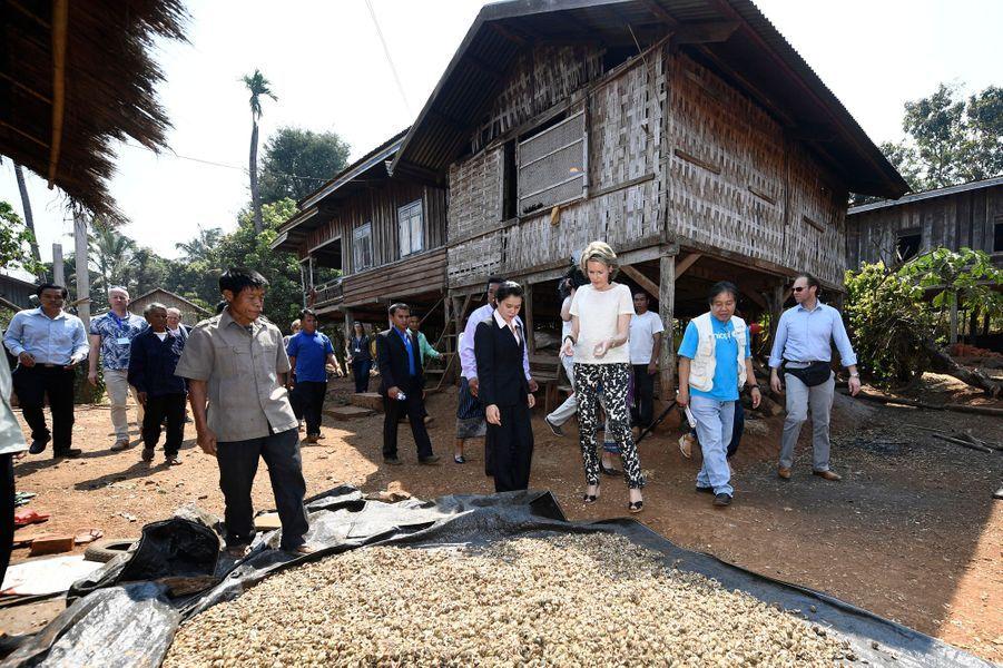La reine Mathilde de Belgique en mission de l'Unicef dans la province de Saravane au Laos, le 21 février 2017