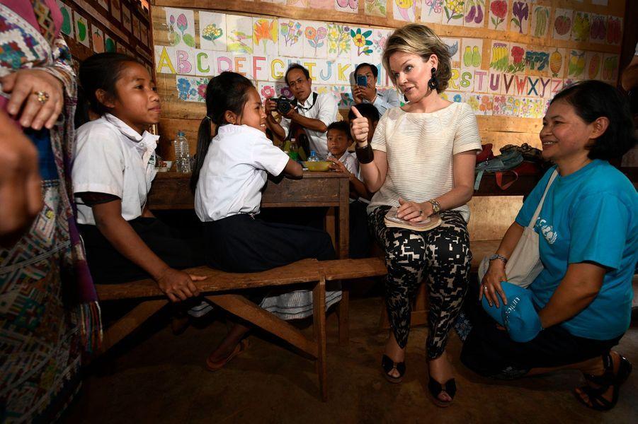 La reine Mathilde de Belgique dans un village de la province de Saravane au Laos, le 21 février 2017