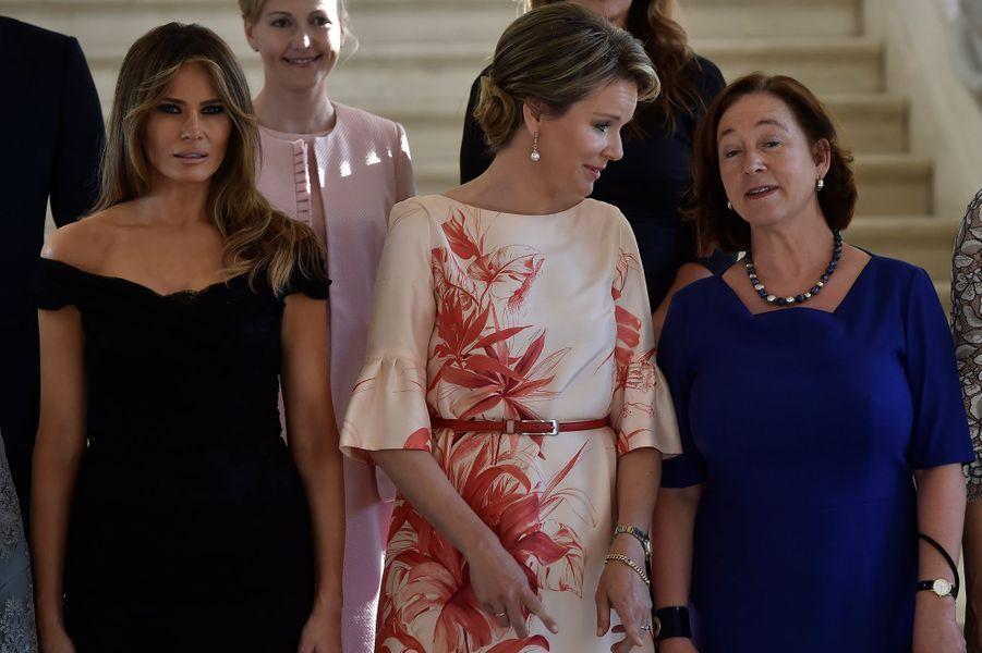 La reine Mathilde de Belgique encadrée par Melania Trump et Ingrid Schulerud à Bruxelles, le 26 mai 2017