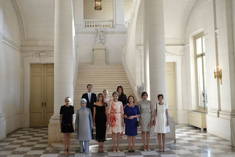 La reine Mathilde de Belgique avec ses hôtes au château de Laeken à Bruxelles, le 26 mai 2017