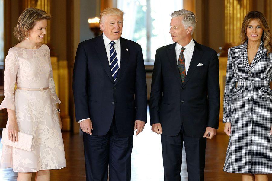La reine Mathilde de Belgique et Melania Trump avec leurs époux le roi des Belges Philippe et Donald Trump à Bruxelles, le 25 mai 2017
