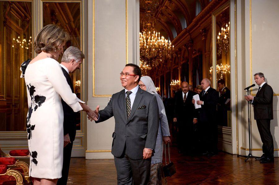 La reine Mathilde et le roi Philippe de Belgique avec l'ambassadeur de Brunei, à Bruxelles le 7 janvier 2016