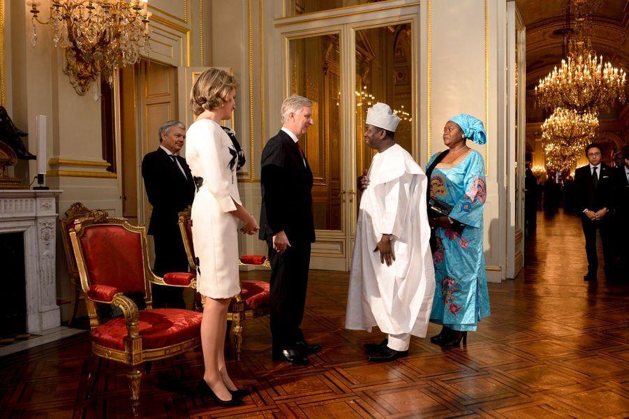 La reine Mathilde et le roi Philippe de Belgique avec l'ambassadeur du Bénin, à Bruxelles le 7 janvier 2016