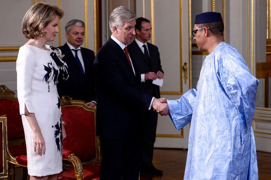 La reine Mathilde et le roi Philippe de Belgique avec l'ambassadeur du Mali, à Bruxelles le 7 janvier 2016