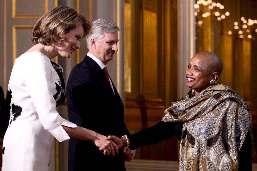 La reine Mathilde et le roi Philippe de Belgique avec l'ambassadrice de Cuba, à Bruxelles le 7 janvier 2016
