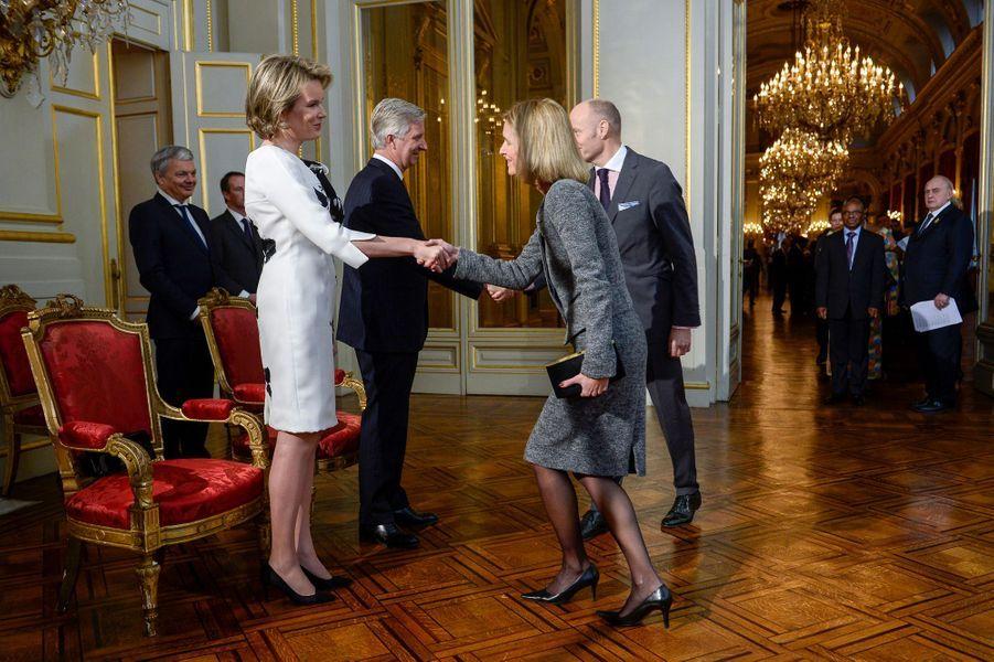 La reine Mathilde et le roi Philippe de Belgique avec l'ambassadrice du Danemark, à Bruxelles le 7 janvier 2016