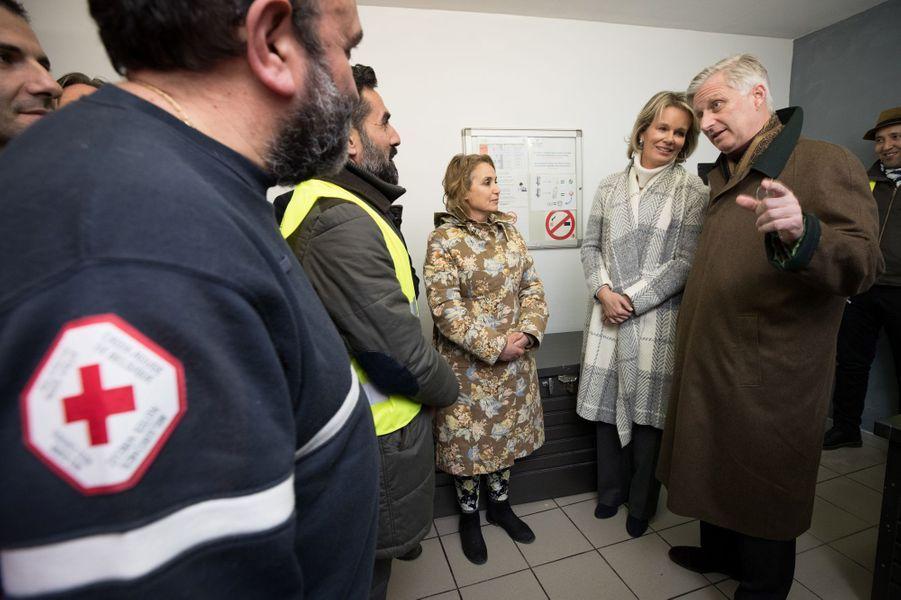 La reine Mathilde et le roi des Belges Philippe dans un centre de nuit pour sans-abri à Bruxelles, le 25 janvier 2017