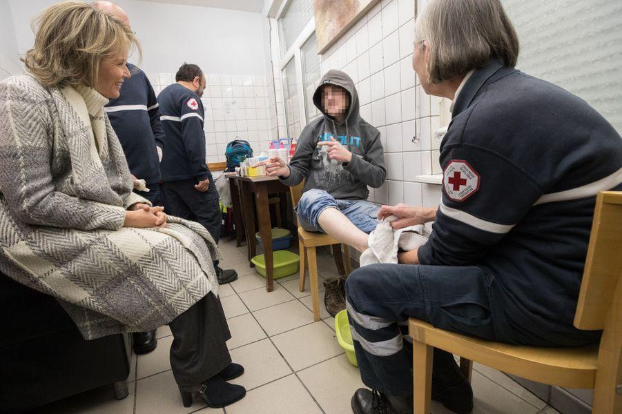 La reine Mathilde de Belgique dans un centre de nuit pour sans-abri à Bruxelles, le 25 janvier 2017