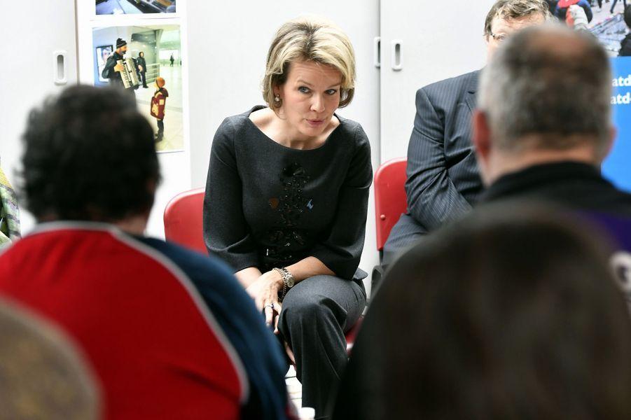 La reine Mathilde de Belgique écoute des témoignages à Etterbeek, le 2 février 2017