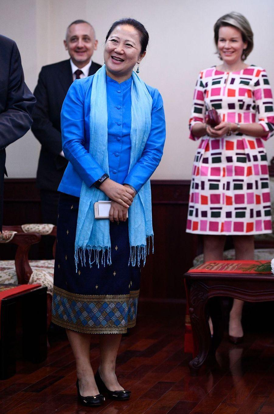 La reine Mathilde Mathilde de Belgique avec la présidente d'Unicef Laos à Vientiane, le 20 février 2017