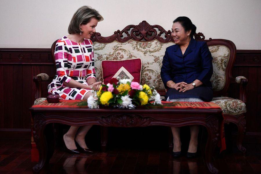 La reine Mathilde Mathilde de Belgique avec la ministre-députée des Affaires étrangères du Laos à Vientiane, le 20 février 2017