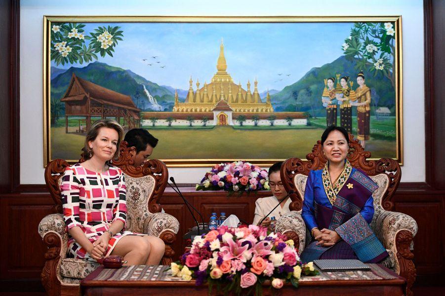La reine Mathilde Mathilde de Belgique avec la présidente de la Lao Women's Union à Vientiane, le 20 février 2017