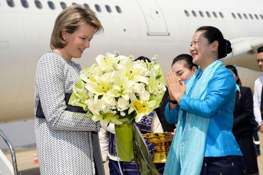 La reine Mathilde de Belgique accueillie par la présidente d'Unicef Laos à Vientiane le 20 février 2017