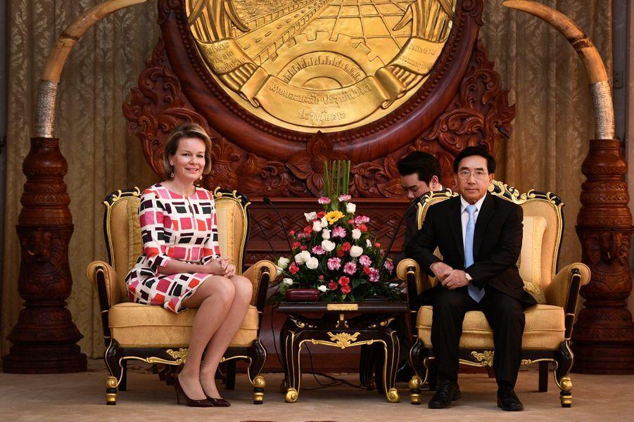 La reine Mathilde Mathilde de Belgique avec le Vice-Président du Laos à Vientiane, le 20 février 2017